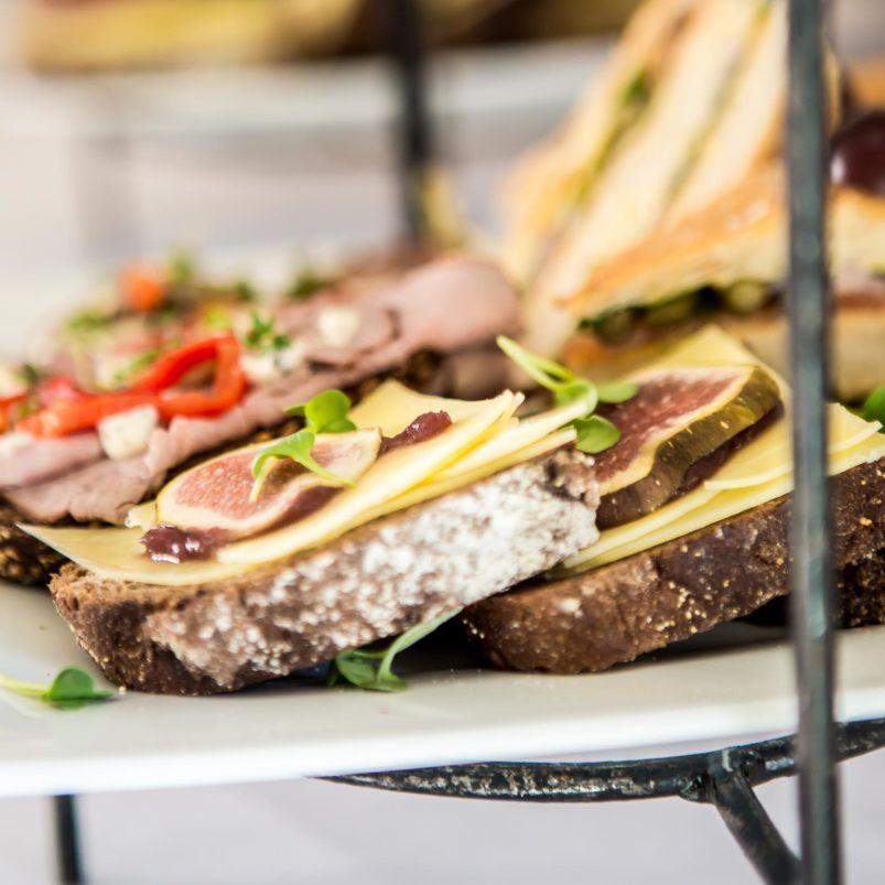 lunch-op-locatie-limburg-etagere-sandwiches